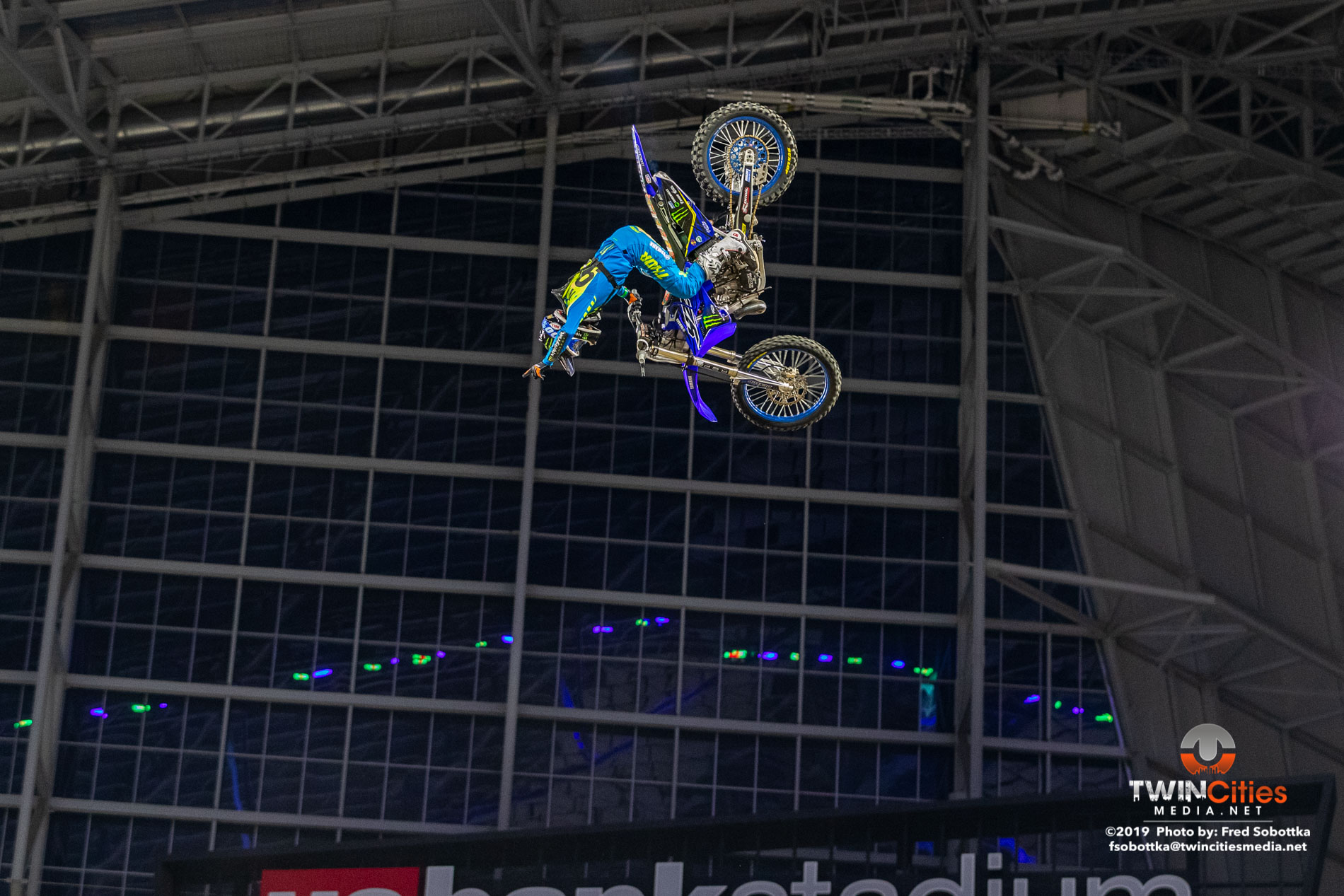 Moto-X-Quarterpipe-High-Air-02